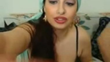 Dubai gorgeous bhabhi giving hot blowjob to her hubby's friend